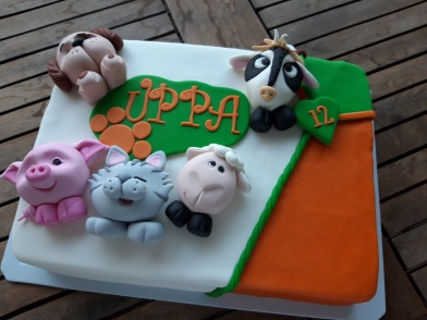 Animals cake toppers, sugar paste modeling, cake.